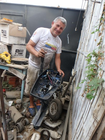 Our all-time favorite mechanic in all of Latin America: Wacho ! This guy is da bomb.